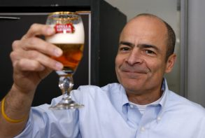 Carlos Brito, chief executive of Anheuser-Busch InBev poses with a Stella Artois beer after the annual shareholders meeting in Brussels, Belgium, April 27, 2016. REUTERS/Francois Lenoir  - RTX2BVM0