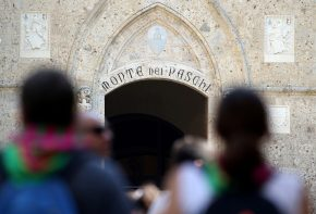 The entrance of Monte dei Paschi bank headquarters is pictured in downtown Siena, Italy July 2, 2016. To match EUROZONE-BANKS/MONTEPASCHI   REUTERS/Stefano Rellandini/Files - RTX2PWIJ