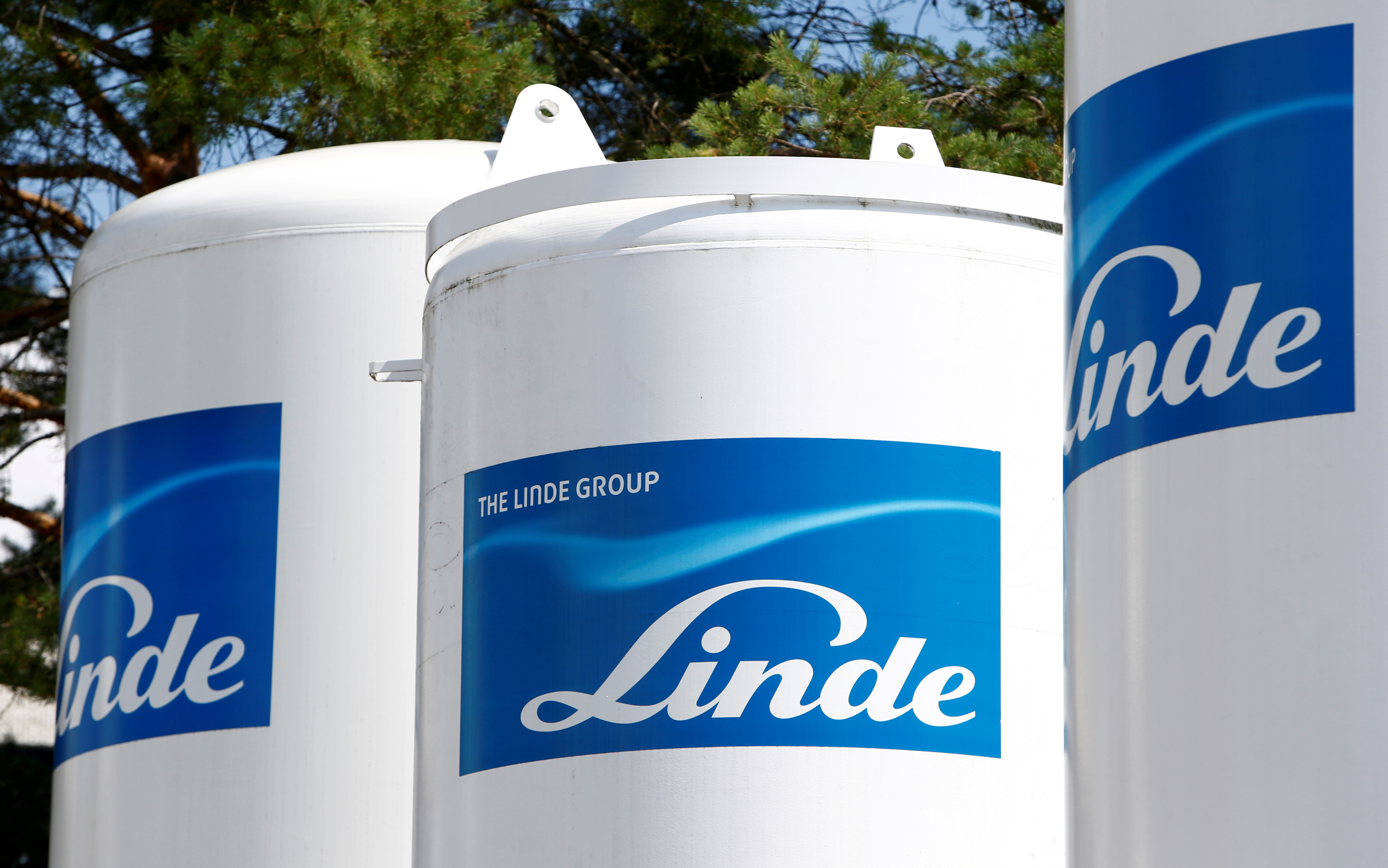 Linde shares rise on new Praxair merger approach