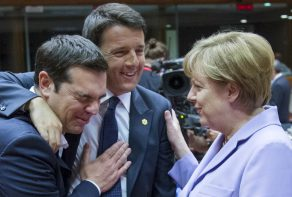 Greek Prime Minister Alexis Tsipras (L-R), Italian Prime Minister Matteo Renzi and German Chancellor Angela Merkel attend a European Union leaders summit in Brussels, Belgium, June 25, 2015. REUTERS/Yves Herman        TPX IMAGES OF THE DAY      - RTR4YX95