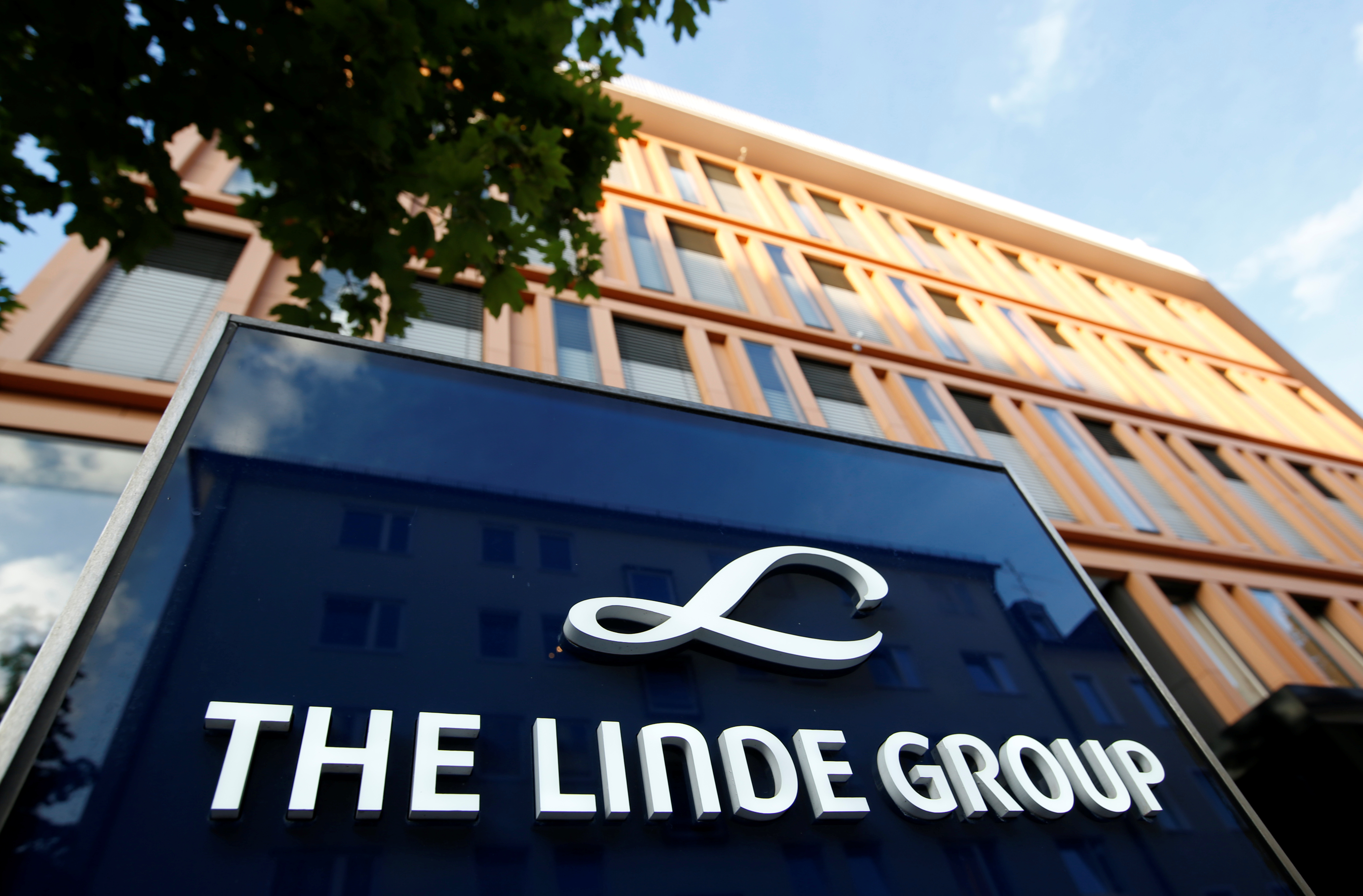 Linde shares seen up after boards agree Praxair merger